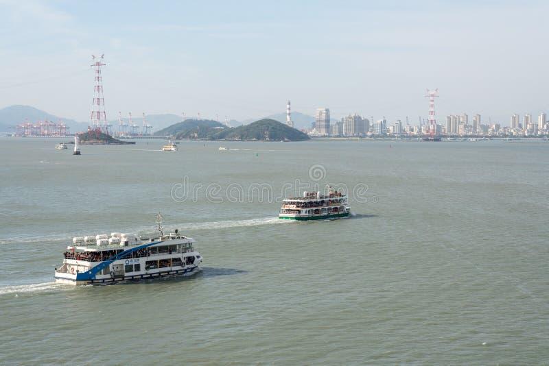 Overvolle passagiersveerboten aan Gulangyu in Xiamen royalty-vrije stock foto's