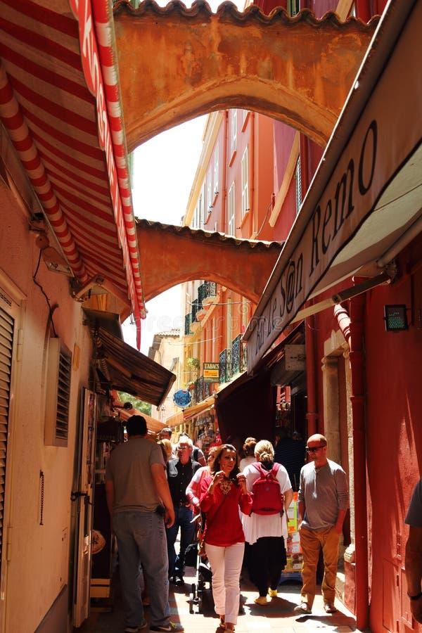 Overvolle smalle romantische steeg in de Stad van Monaco stock foto's