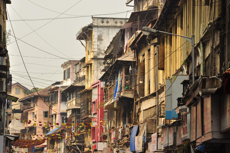 Overvolle steeg in de oude stad van Mumbai, India stock foto