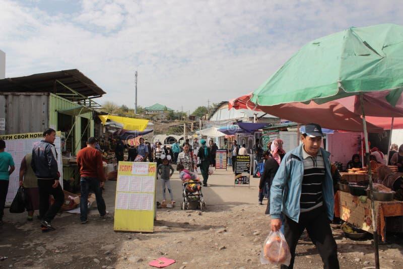 Overvolle steeg in Osh-Bazaar stock fotografie
