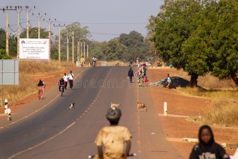 Overvolle straat met hoofdzakelijk lopende mensen stock fotografie