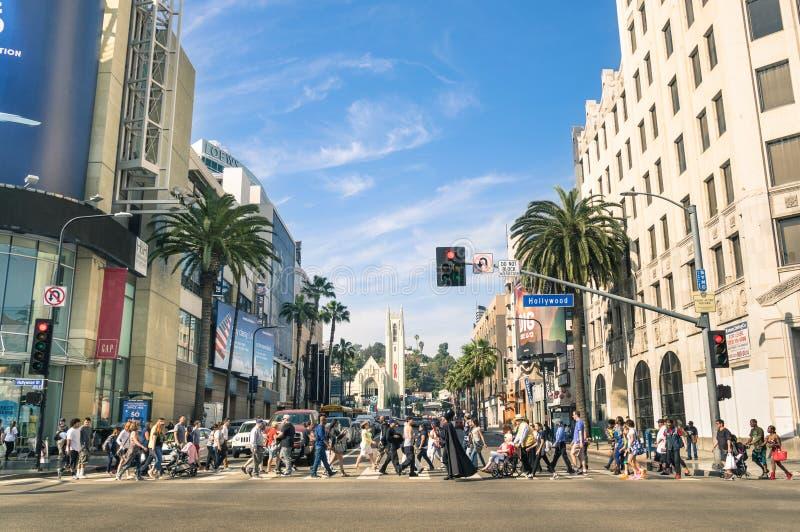Overvolle straat met multiraciale mensen in Hollywood-Boulevard Los Angeles stock afbeelding