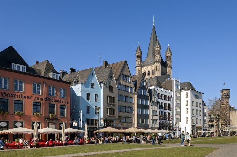 Overvolle terrassen op Rijn-promenade, stad Keulen stock fotografie