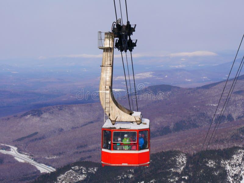 Overvolle van de skigondel en sneeuw bergenachtergrond stock afbeelding