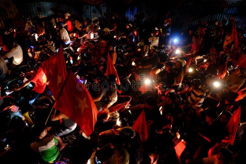 Overvolle Vietnamese straat bij nacht, de motoren van de jongerenrit in opstopping royalty-vrije stock foto's
