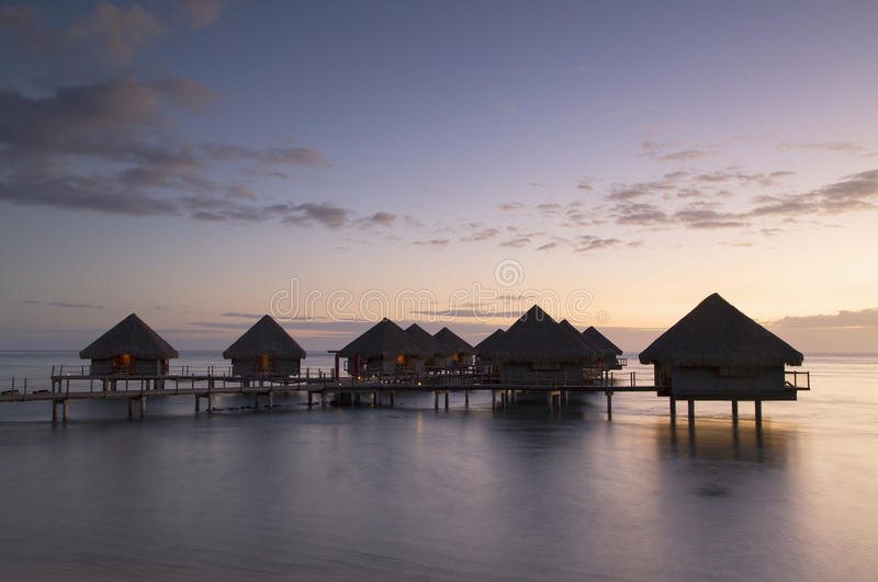 Overwater平房在Le Meridien塔希提岛旅馆, Pape'ete,塔希提岛,法属玻里尼西亚 免版税库存图片