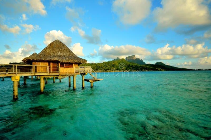 Overwater bungalow i Bora Bora royaltyfria bilder