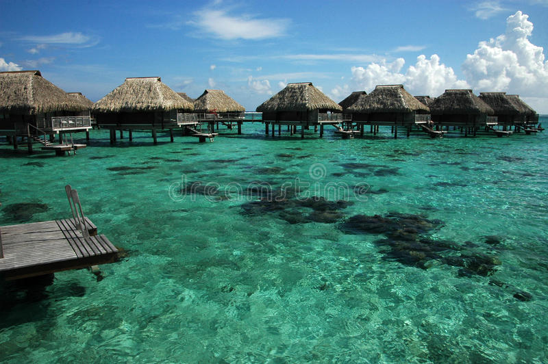 Overwater Bungalowe in South Pacific stockfotos