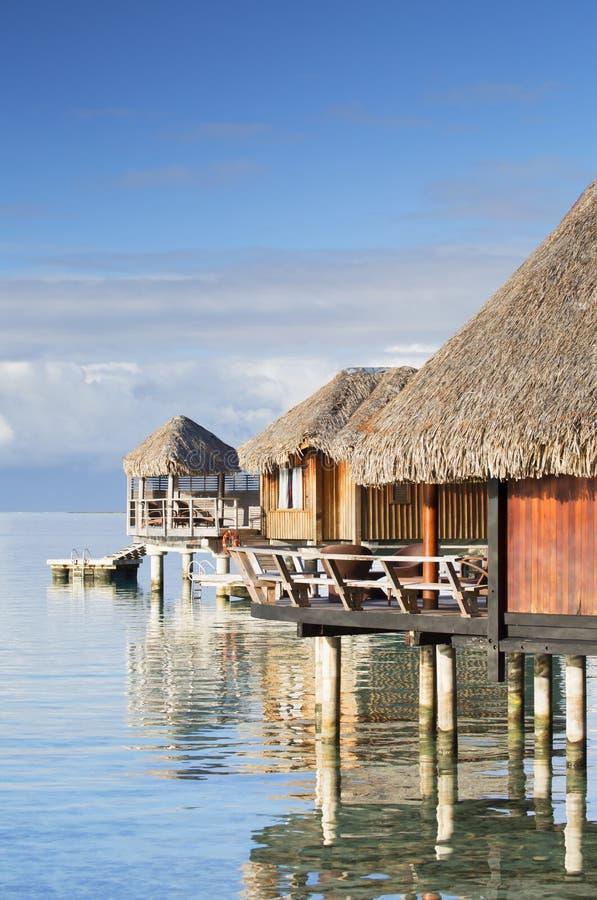 Overwater bungalower av det Sofitel hotellet, Bora Bora, samhälleöar, franska Polynesien arkivfoto