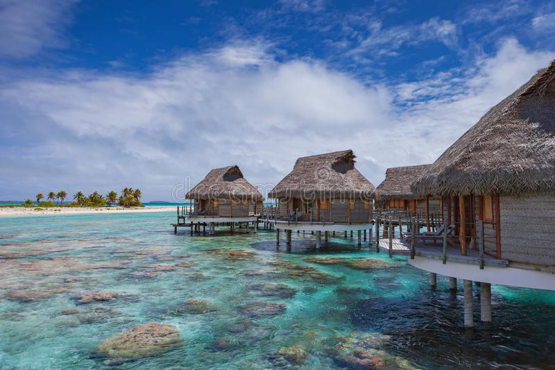 Overwater Bungalows over koraalrif stock fotografie