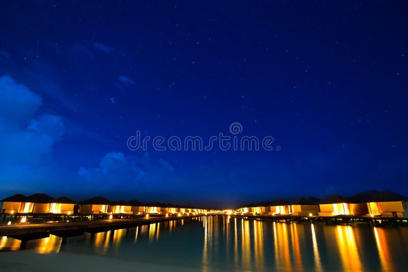 Overwater bungalowy na tropikalnym wyspa kurorcie Maldives przy fotografia stock