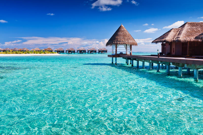Overwater spa in blauw rond tropisch eiland royalty-vrije stock afbeelding
