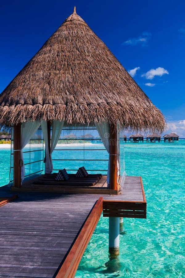 Overwater spa en bungalowwen in tropische lagune stock fotografie