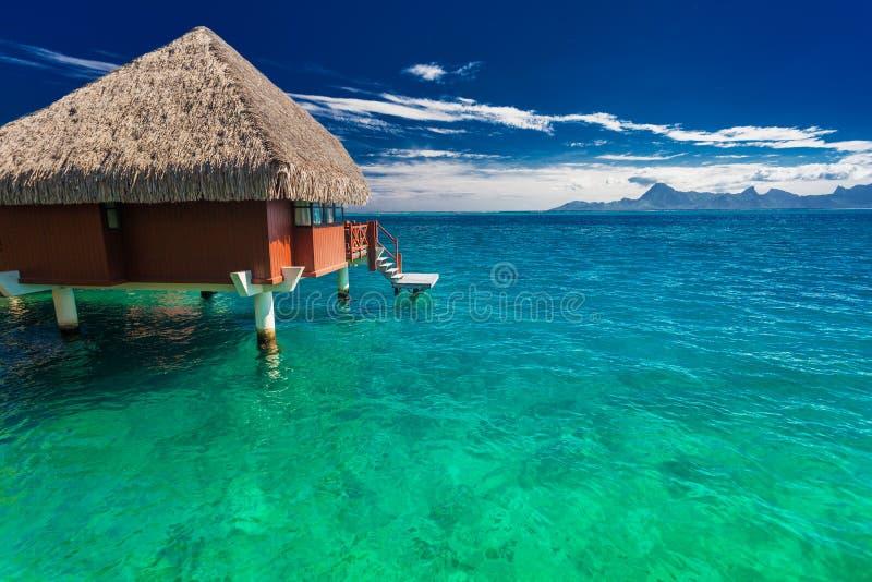 Overwaterbungalowwen met beste strand voor het snorkelen, Tahiti royalty-vrije stock afbeeldingen