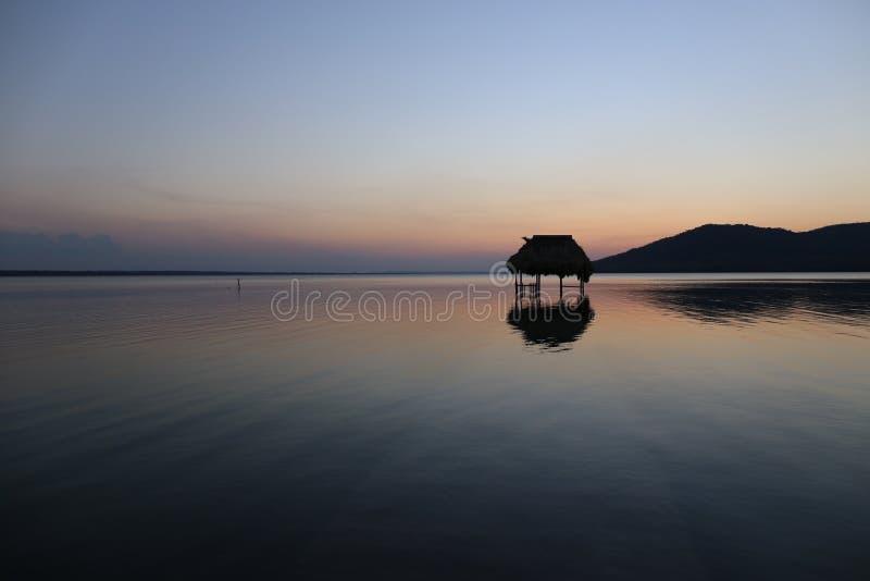Overwaterhut en Zonsondergang - Meer Peten Itza in Guatemala royalty-vrije stock foto