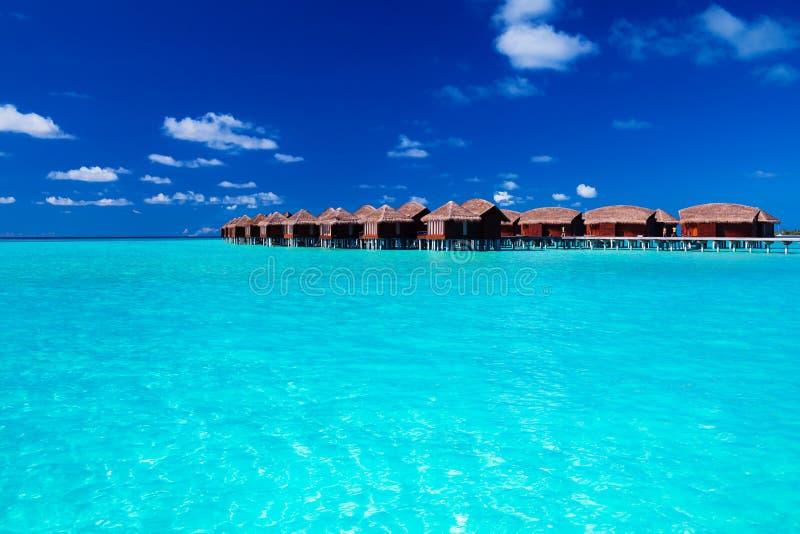 Overwatervilla's in blauwe tropische lagune royalty-vrije stock fotografie