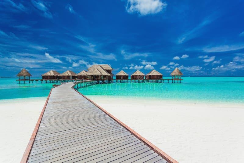 Overwatervilla's op de tropische lagune, de Maldiven stock afbeelding