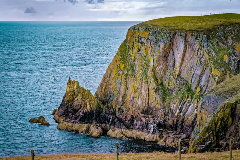 Overweeg van Galloway rotsachtig zeegezicht met bewolkte hemel en blauwe oceaan royalty-vrije stock foto's