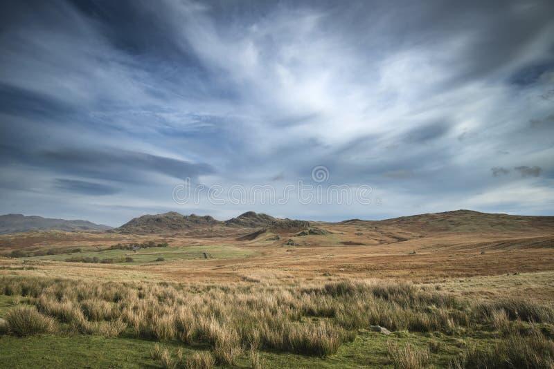 Overweldigend Autumn Fall-landschapsbeeld van breed platteland in Meer stock afbeelding