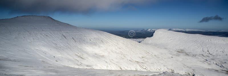 Overweldigend behandeld het plattelandsverstand van het de Winter panoramisch landschap sneeuw stock afbeeldingen