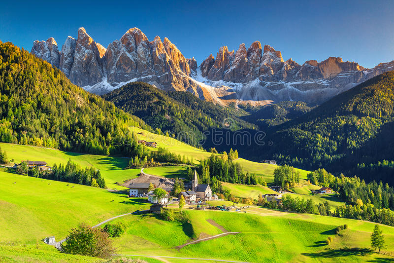 Overweldigend de lentelandschap met Santa Maddalena-dorp, Dolomiet, Italië, Europa royalty-vrije stock foto's