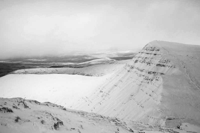 Overweldigend landschap van sneeuw behandelde bergen in de Winter in zwarte royalty-vrije stock foto's