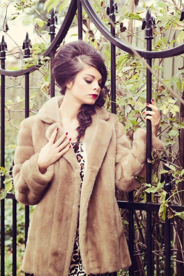 Overweldigend meisje door tuinpoort stock foto's