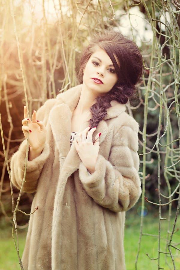 Overweldigend meisje in tuin stock afbeelding