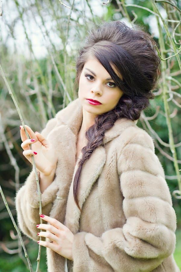 Overweldigend meisje in tuin stock fotografie
