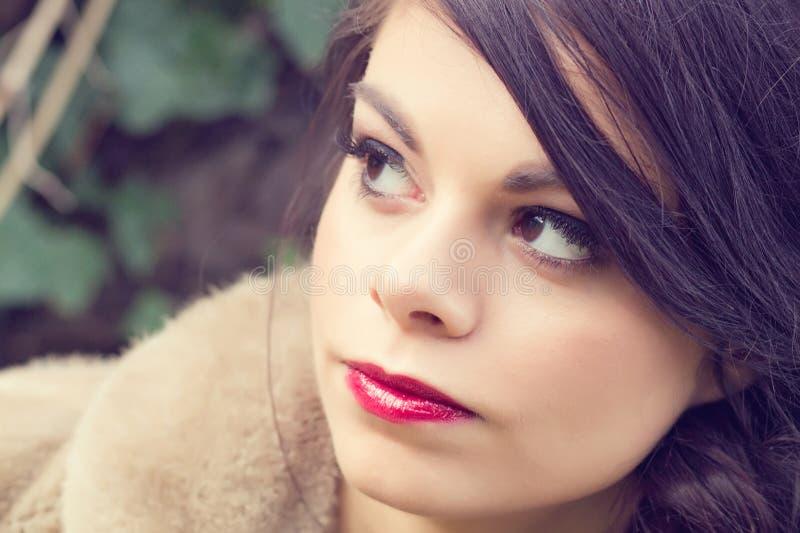 Overweldigend meisje in tuin stock foto's