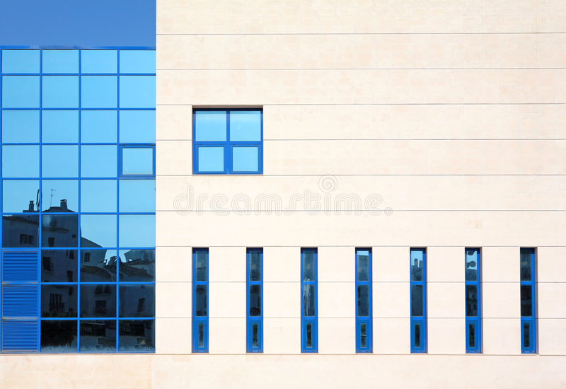 Overweldigende architectuur en vensters van de moderne bouw stock afbeeldingen