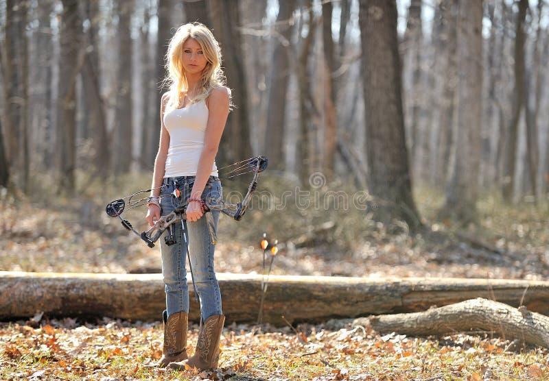 Overweldigende blonde vrouwelijke schutter stock afbeeldingen
