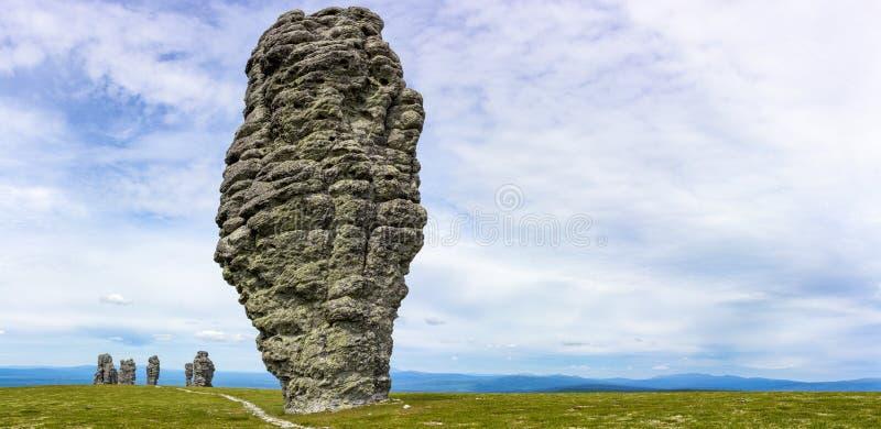Overweldigende de rotsvormingen van panoramamanpapunskie Prachtige mening van het erkende mirakel van aard in Rusland royalty-vrije stock afbeelding