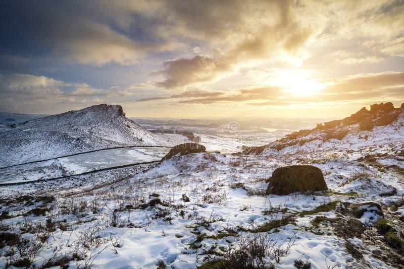 Overweldigende de Winterzonsondergang over plattelandslandschap met dramatisch stock foto