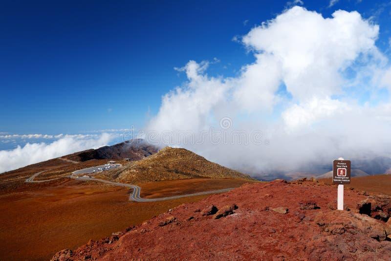 Overweldigende die landschapsmening van Haleakala-vulkaangebied van de top, Maui, Hawaï wordt gezien stock foto's