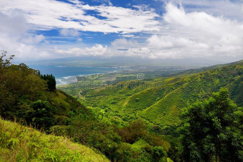 Overweldigende die landschapsmening van Waihee Ridge Trail wordt gezien, overziend Kahului en Haleakala, Maui, Hawaï stock foto
