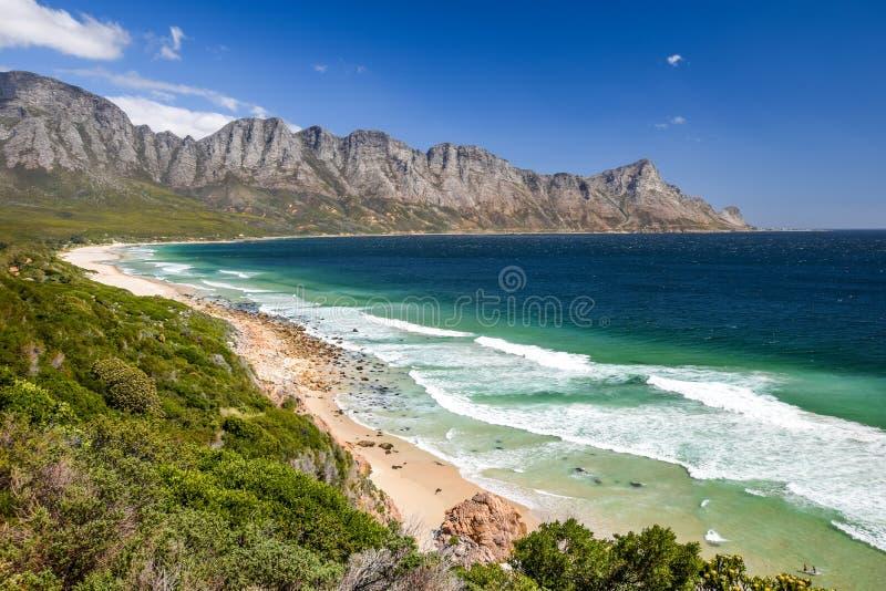 Overweldigende die mening van Kogel-Baaistrand, langs Route 44 in het oostelijke deel van Valse Baai dichtbij Cape Town tussen de stock foto's