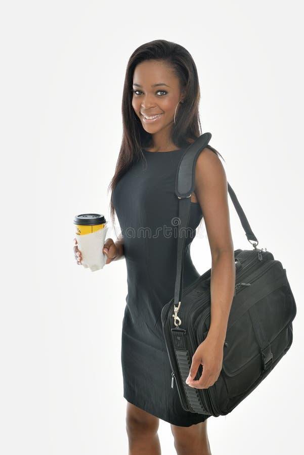Overweldigende jonge Afrikaanse Amerikaanse bedrijfsvrouw royalty-vrije stock foto