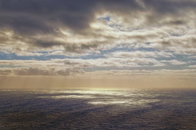 Overweldigende landschapsmening van onweerszeegezicht met dramatische hemel Kaap Roca, Portugal Abstract beeld voor achtergrond stock afbeeldingen