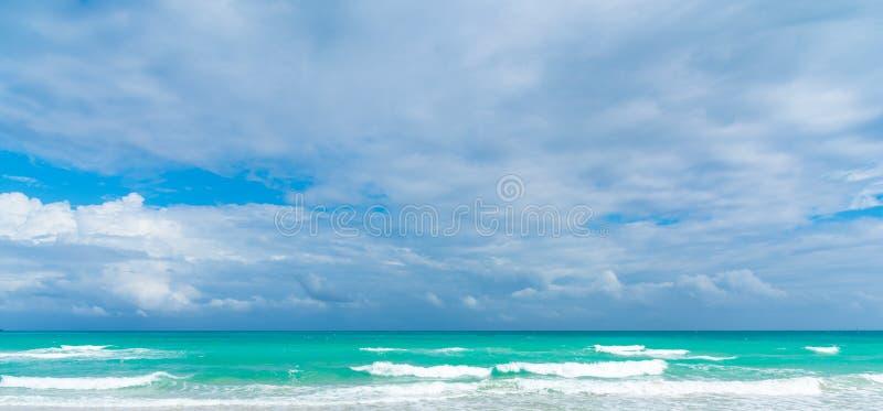 Overweldigende lucht boven Miami Beach turquoise sea royalty-vrije stock foto