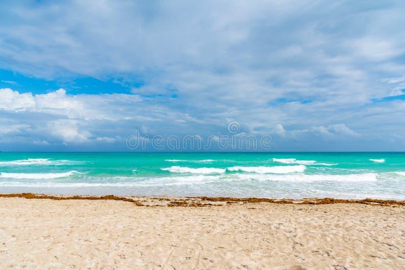 Overweldigende lucht over Miami Beach shore royalty-vrije stock foto