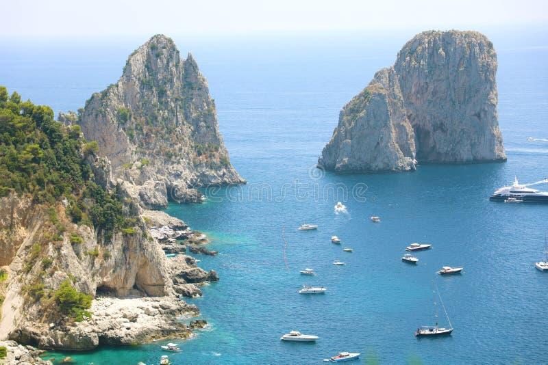 Overweldigende mening van Capri-eiland in een mooie de zomerdag met Faraglioni-rotsen Capri, Italië stock afbeeldingen