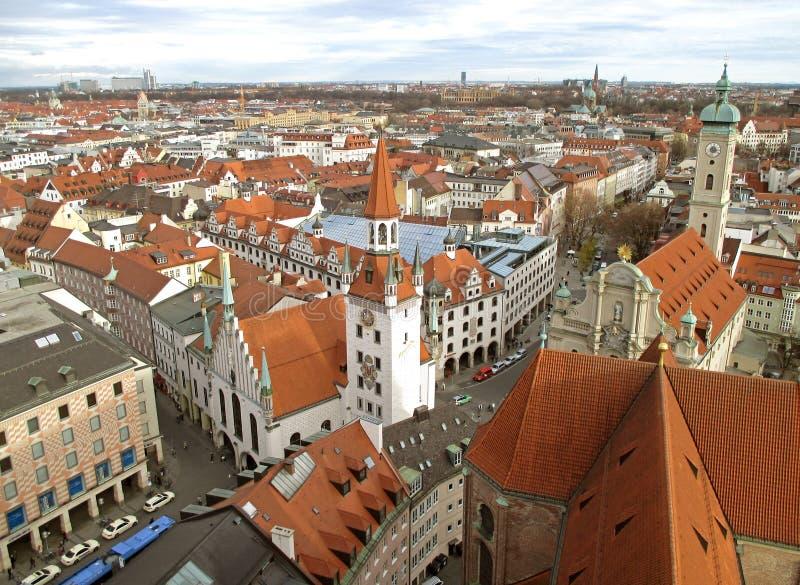 Overweldigende mening van cityscape van München met het oude die stadhuis, van toren van St Peter's kerk, München, Beieren word royalty-vrije stock foto's