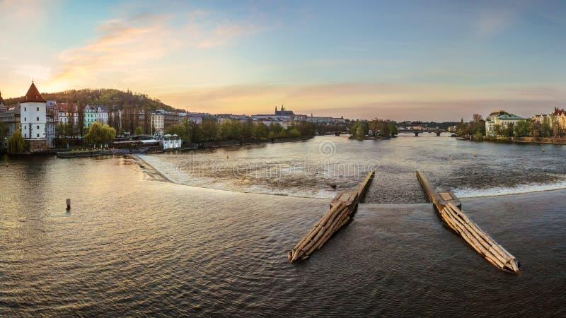 Overweldigende mening van de Moldava-Rivier in Praag stock afbeelding