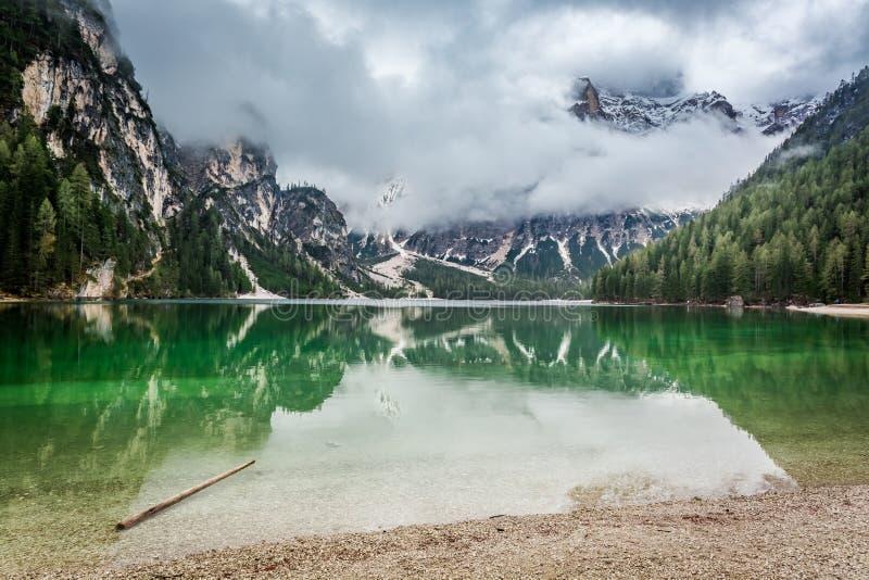 Overweldigende mening van Pragser Wildsee in Dolomiet royalty-vrije stock afbeelding