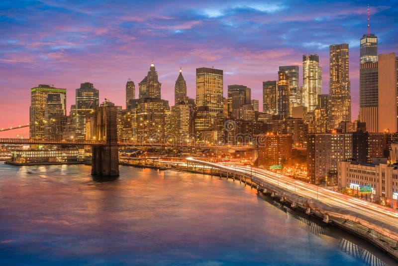 overweldigende meningen van lager Manhattan na zonsondergang stock afbeelding