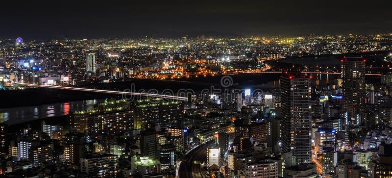Overweldigende nachtmening van cityscape zaken de stad in in Osaka, Japan stock afbeeldingen