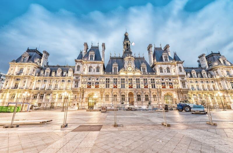 Overweldigende nachtmening van Hotel DE Ville in Parijs, Frankrijk royalty-vrije stock foto's