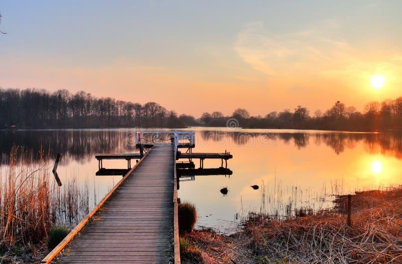 Overweldigende oranje zonsondergang op een landschap in noordelijk Duitsland royalty-vrije stock afbeeldingen