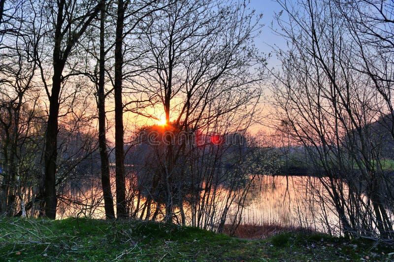 Overweldigende oranje zonsondergang op een landschap in noordelijk Duitsland royalty-vrije stock foto's